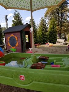 Wassertisch auf dem Spielplatz